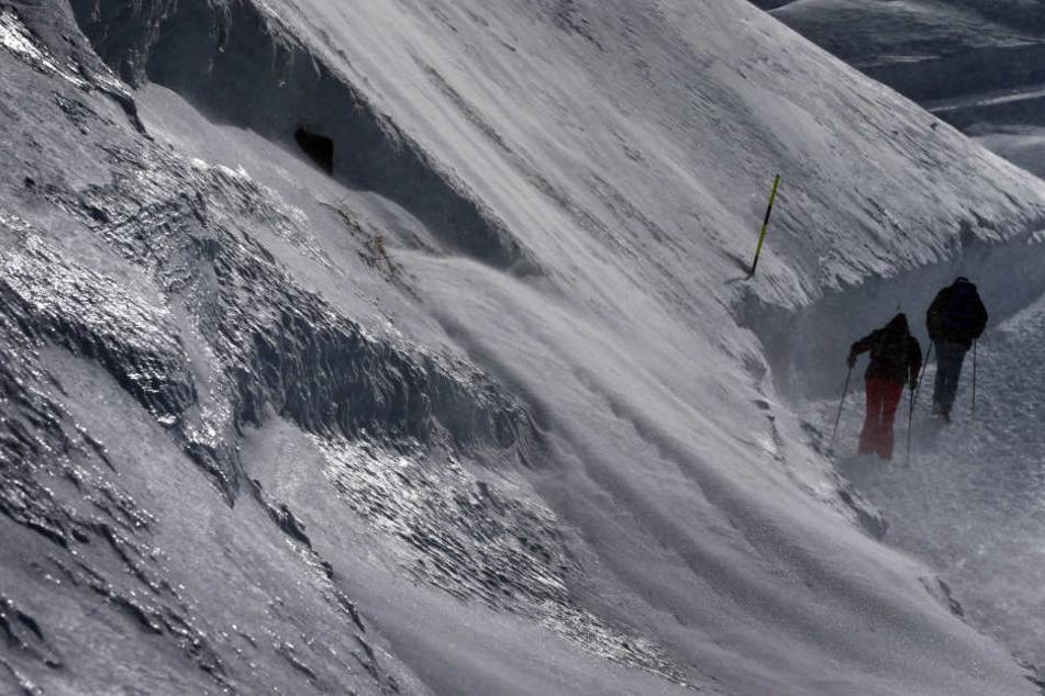 Die beiden Skifahrer hatten großes Glück. (Symbolbild)