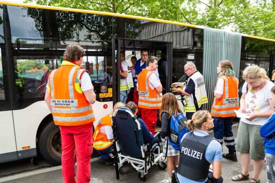 Einsatzkräfte des Rettungsdienstes kümmerten sich um die Verletzten.