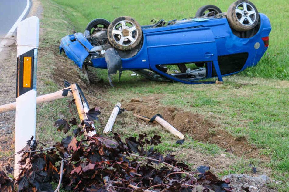 Der VW hatte noch mehrere Bäume gerammt, ein Schild und eine Mauer beschädigt, bevor er sich überschlug und auf dem Dach liegen blieb.