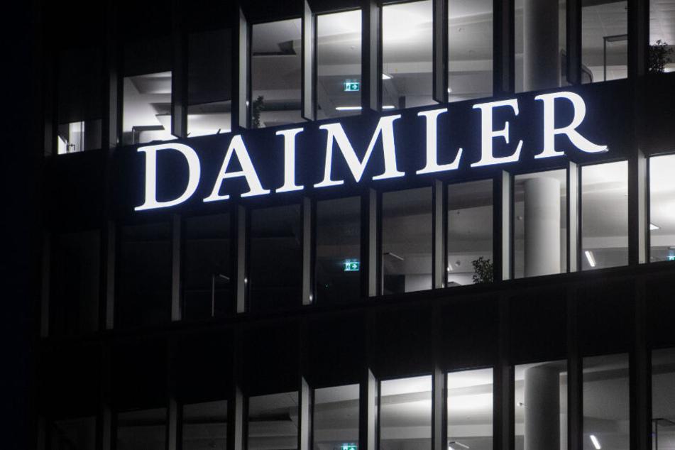 Stuttgart: Die Fenster an der Konzernzentrale der Daimler AG in Untertürkheim sind beleuchtet. (Symbolbild)