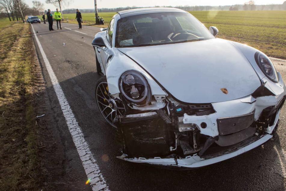 Am Porsche sind die Spuren des Unfalls deutlich zu sehen.
