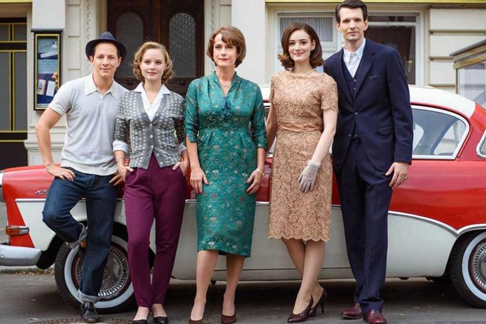 """Sonja Gerhardt (2.v.l.) mit ihren Kollegen aus der Serie """"Ku'damm 56"""" Trystan Pütter (l-r), Claudia Michelsen, Maria Ehrich und Sabin Tambrea."""