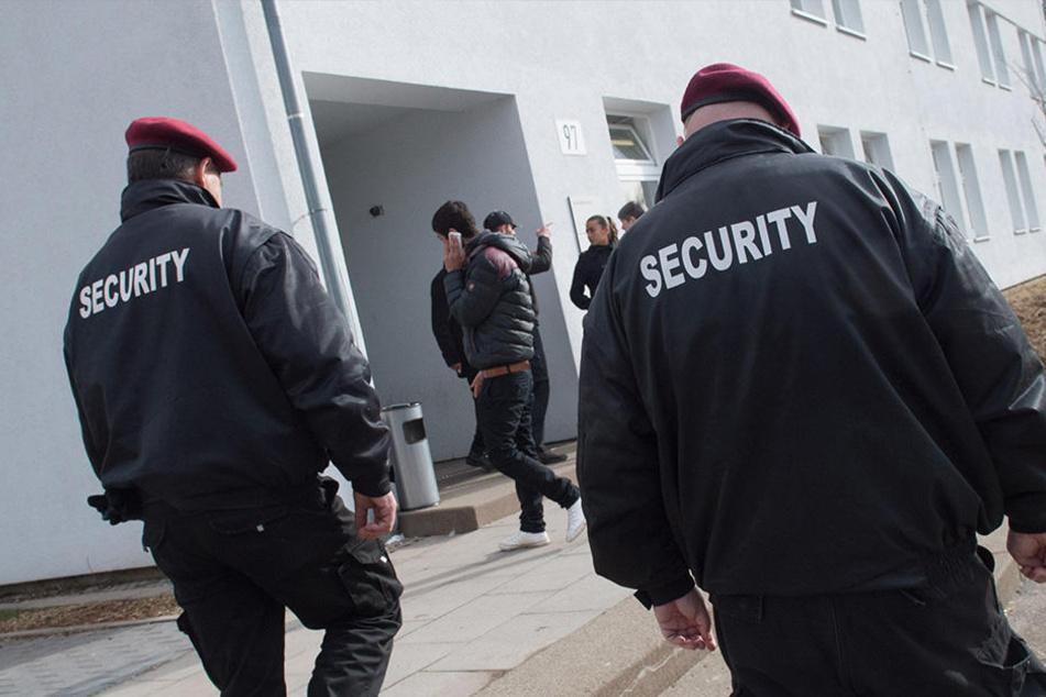 Security-Mitarbeiter vor einer Erstaufnahme-Einrichtung in Baden-Württemberg. (Symbolbild)