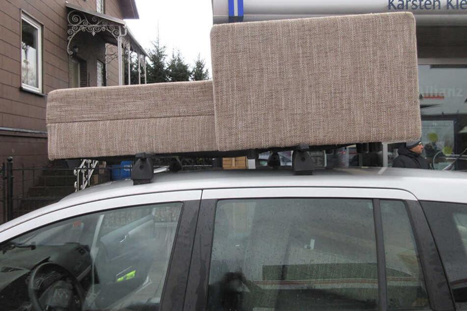 Das Sofa lag einfach ungesichert auf dem Autodach.
