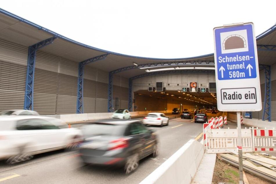 Autos fahren in den Schnelsen-Tunnel mit dem Lärmschutzdeckel.