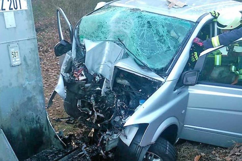 Der Fahrer des Kleinlasters überlebte den Unfall nicht.