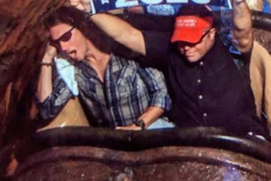 Disney World schmeißt diesen Typen raus, weil er auf Achterbahn ein Schild hochhielt