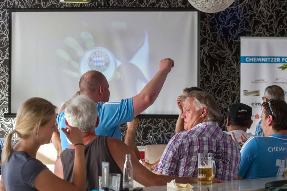 Als der Pokal-Gegner FC Bayern gezogen wurde, jubelten CFC-Fans beim Public Viewing im Café Moskau.