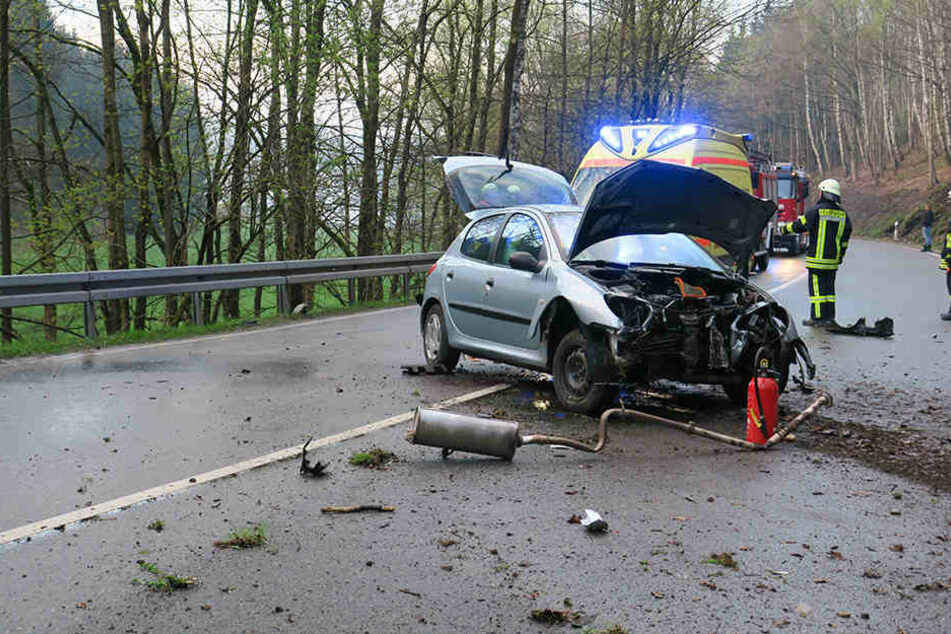 Der Peugeot war gegen mehrere Bäume geprallt und dann zurück auf die Straße geschleudert.