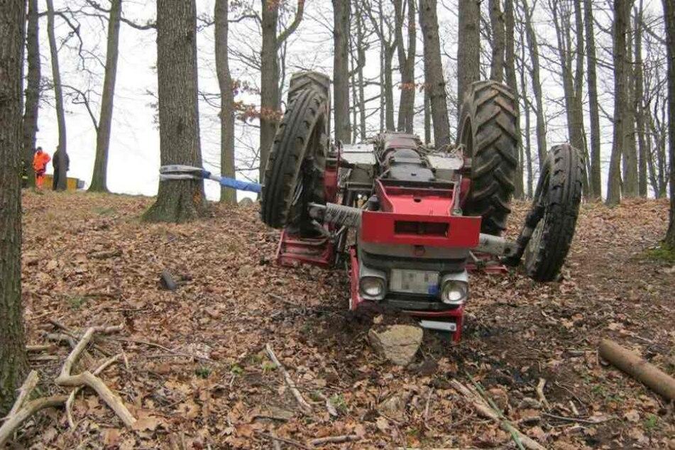 Tödlicher Arbeitsunfall im Wald: Mann von Traktor erschlagen