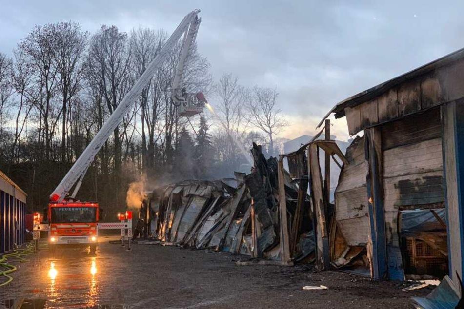 Die Flammen haben auf mehrere angrenzende Garagen übergegriffen.