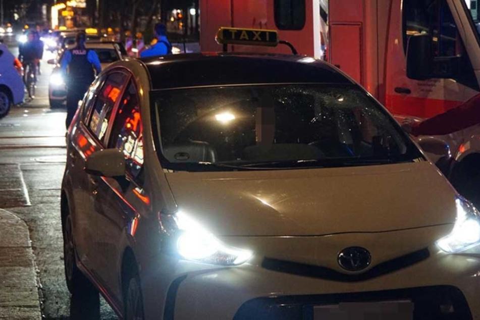 Die Frontscheibe des Taxis ist durch den Aufprall der Radfahrerin zerstört.
