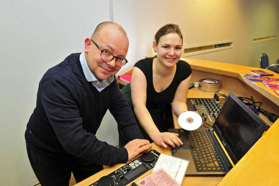 Hobbymusiker Frank Müller-Rosentritt (37) unterstützt Partnerin Theresa Temler (24) bei der Musikauswahl.