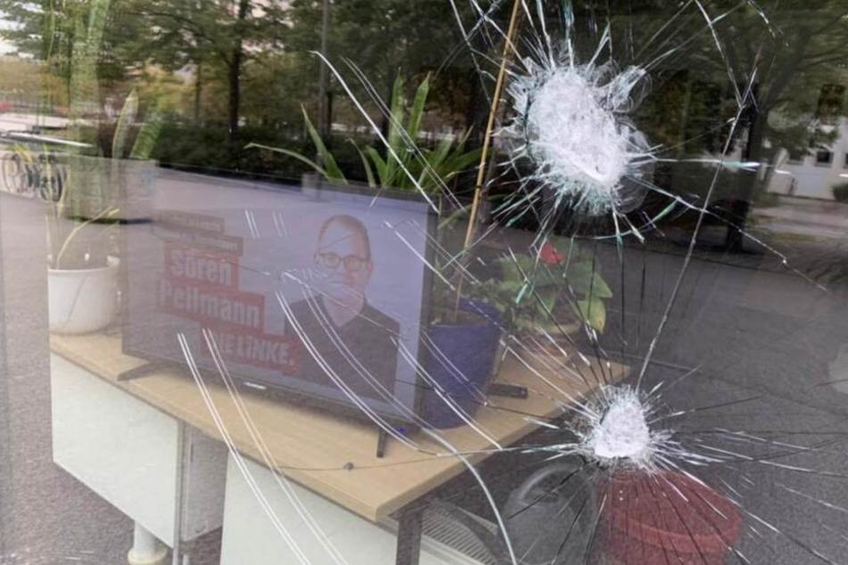 Die Fensterscheiben des Büros wurden mit Steinen beworfen.