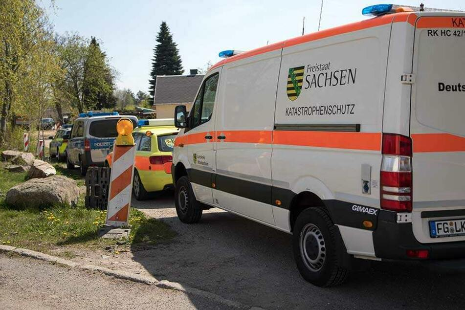 Einsatzfahrzeuge der Rettungskräfte stehen vor dem Bergwerksgelände in Freiberg.