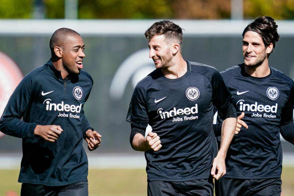 Frankfurts Gelson Fernandes (l-r), David Angel Abraham und Goncalo Paciencia laufen beim Aufwärmtraining übers Spielfeld (Archivbild).