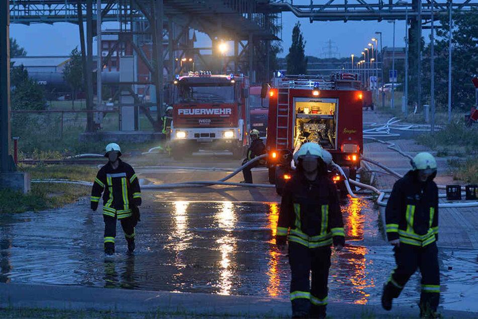 Die Feuerwehr legte einen Wasserschleier über den betroffenen Betrieb. Dort wird Metallschleifschlamm bearbeitet (Symbolbild).
