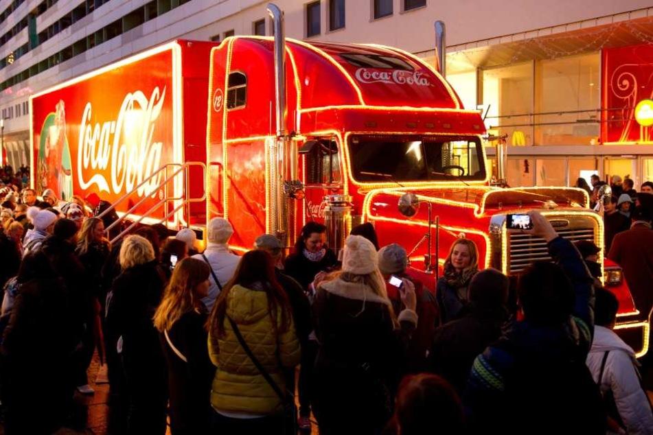Auch in Deutschland, wie hier in Dresden, ist der Coca -Cola Weihnachtstruck in der Weihnachtszeit unterwegs.