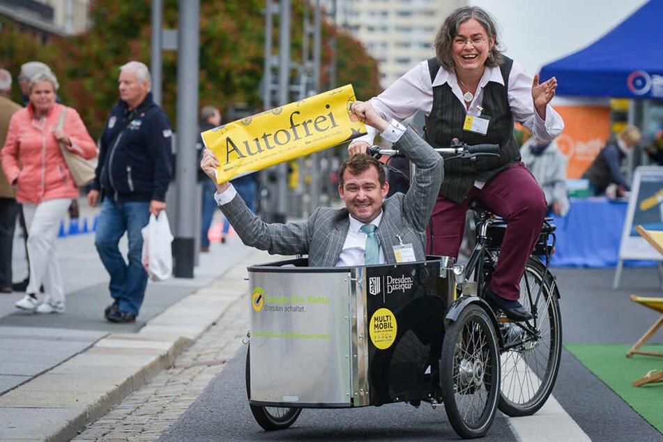 Einer radele des anderen Last: Umweltbürgermeisterin Eva Jähnigen chauffiert Bürgermeister Raoul Schmidt-Lamontain in einem Lastenfahrrad.