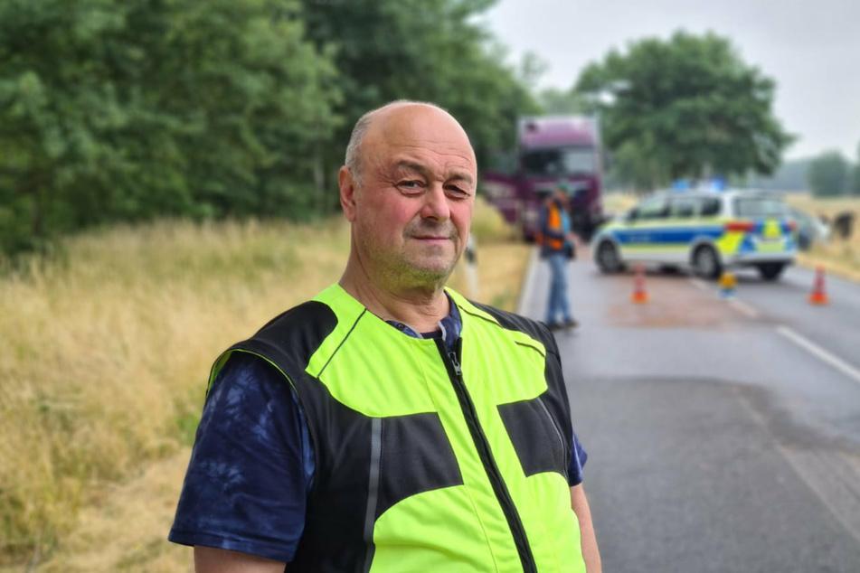 Fahrschullehrer Thomas Voigt steht nach dem Unfall auf der L79.