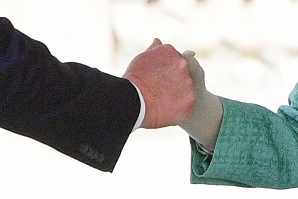 Handschlag zwischen Königin Elizabeth II. und Donald Trump bei der offiziellen Begrüßung.