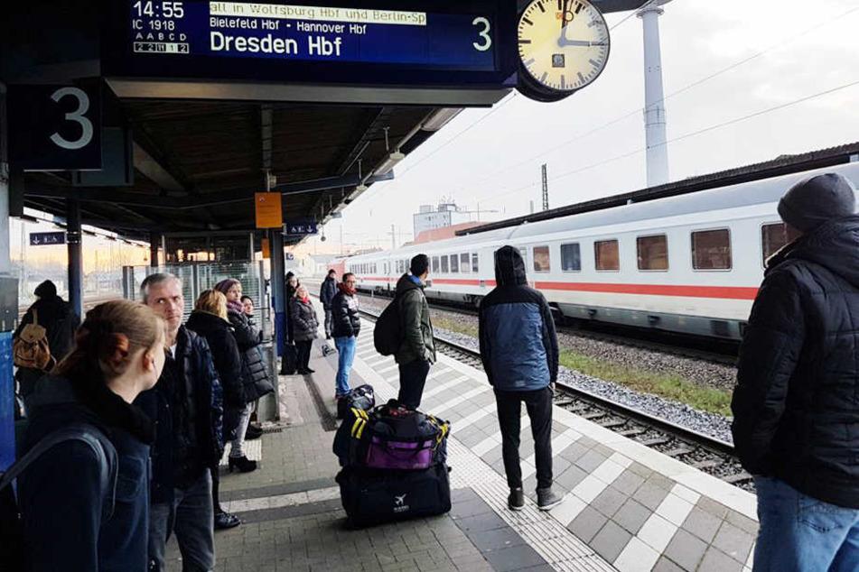 Mit großen Fragezeichen im Gesicht standen die Reisenden am Gleis.
