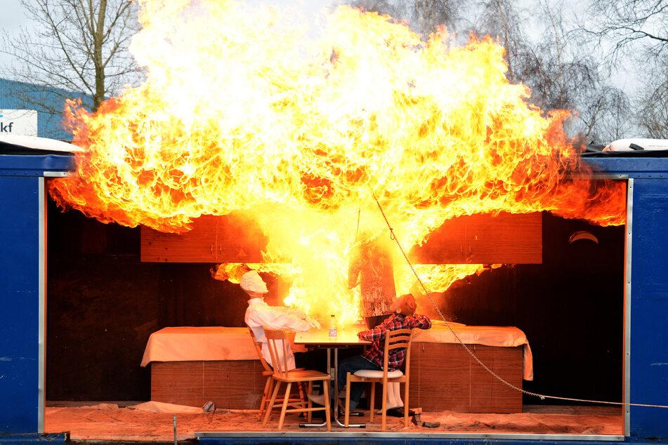 Die Feuerwehr demonstriert eine Fettexplosion, die entsteht, wenn brennendes Fett mit Wasser gelöscht wird. (Archivbild)