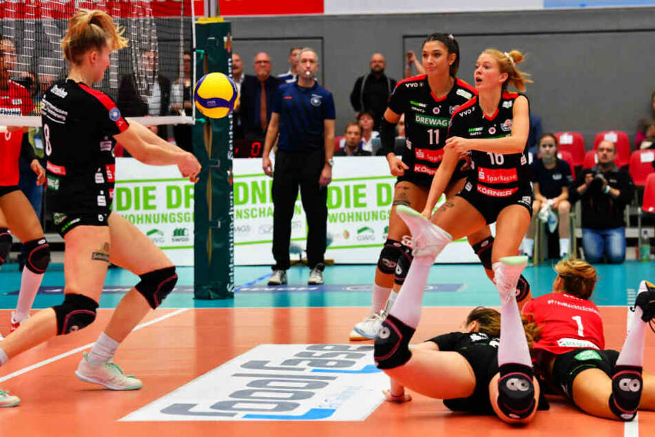 Monique Strubbe, die gegen Vilsbiburg zu ihrer Bundesliga-Premiere kam, versucht den Ball zu retten. Lucija Mlinar und Lenka Dürr liegen am Boden.