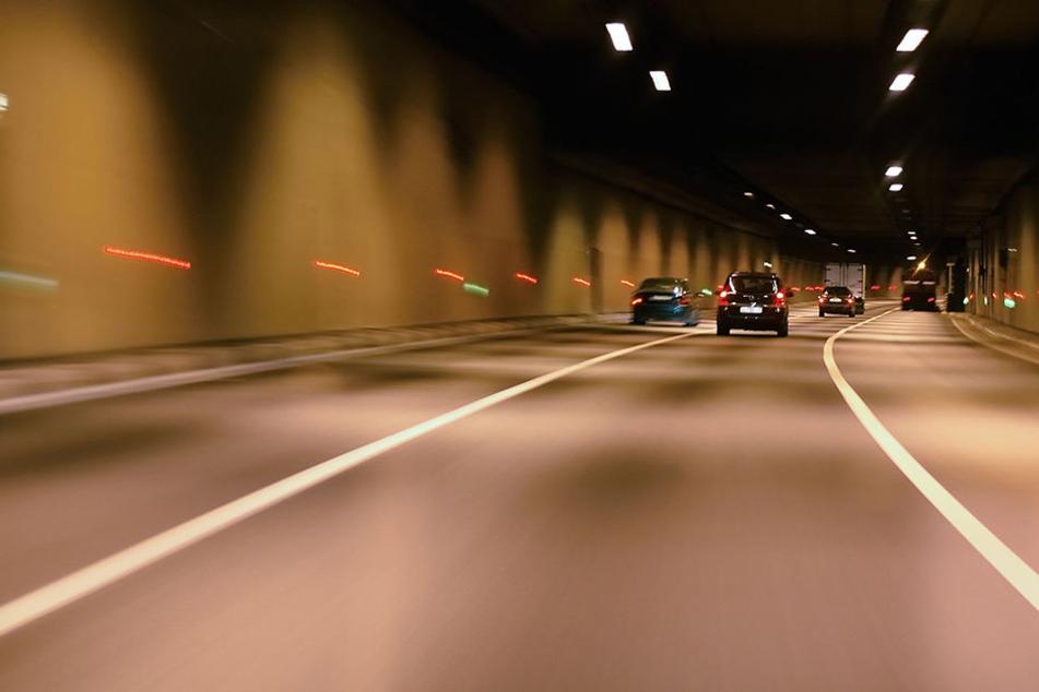 Mehrere Autofahrer mussten Vollbremsungen einlegen, als sie den Mann im letzten Moment bemerkten (Symbolbild)
