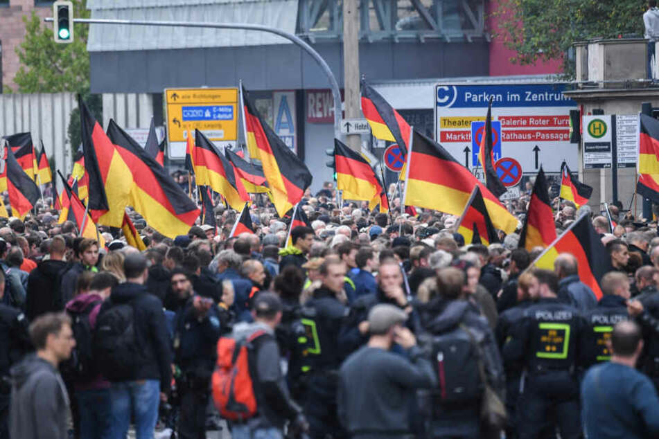 Der Mann soll bei der gemeinsamen Kundgebung von AfD, Pegida und Pro Chemnitz am 1. September den Hitlergruß gezeigt haben.