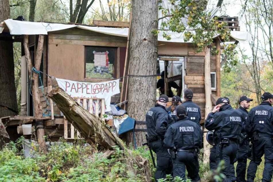 Polizisten sichern im Stadtteil Altenwerder in den Vollhörner Weiden ein besetztes Baumhaus.