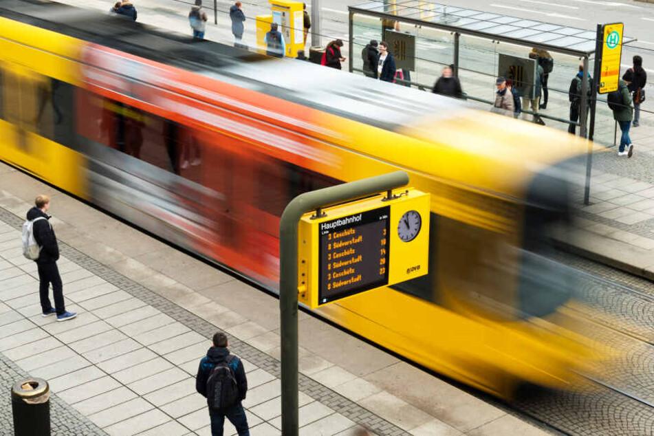 Eine Straßenbahn der DVB fährt in die Haltestelle am Hauptbahnhof ein (Symbolbild).