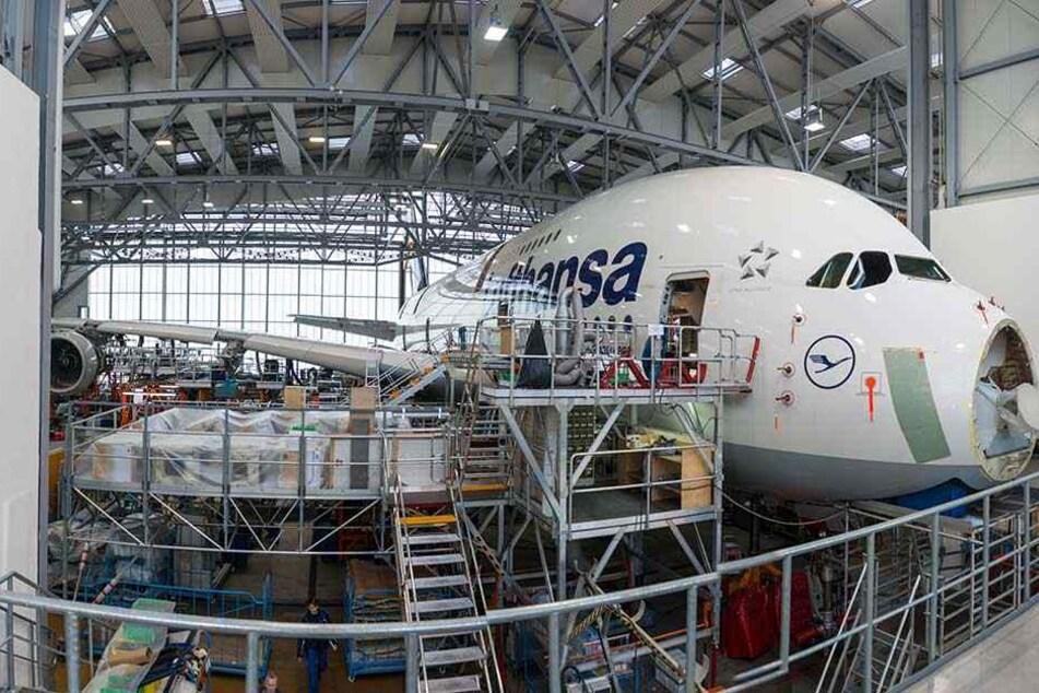 Der riesige Lufthansa-Airbus A380-800 passt geradeso in den Hangar.