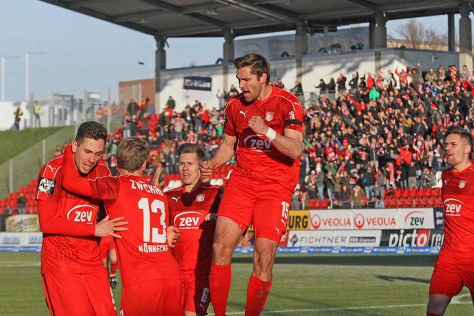 Der FSV jubelt über drei wichtige Punkte gegen den SC Paderborn.