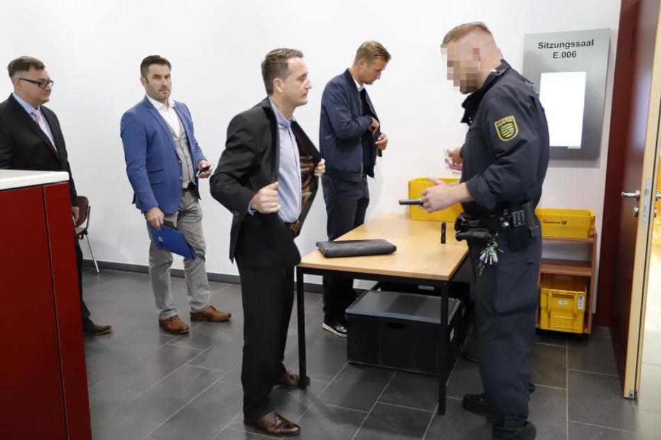 Thomas Sobotzik (l.) und Cheftrainer David Bergner (r.) an der Sicherheitskontrolle.