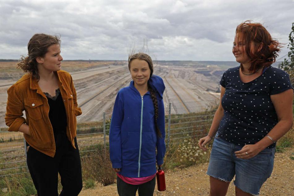 Greta Thunberg (M), Klimaschutzaktivistin, steht mit Luisa Neubauer (l), der deutschen Organisatorin der Klimastreiks «Fridays for Future», und Kathrin Henneberger, der Vertreterin des Aktionsbündnisses «Ende Gelände» am Tagebau Hambach.