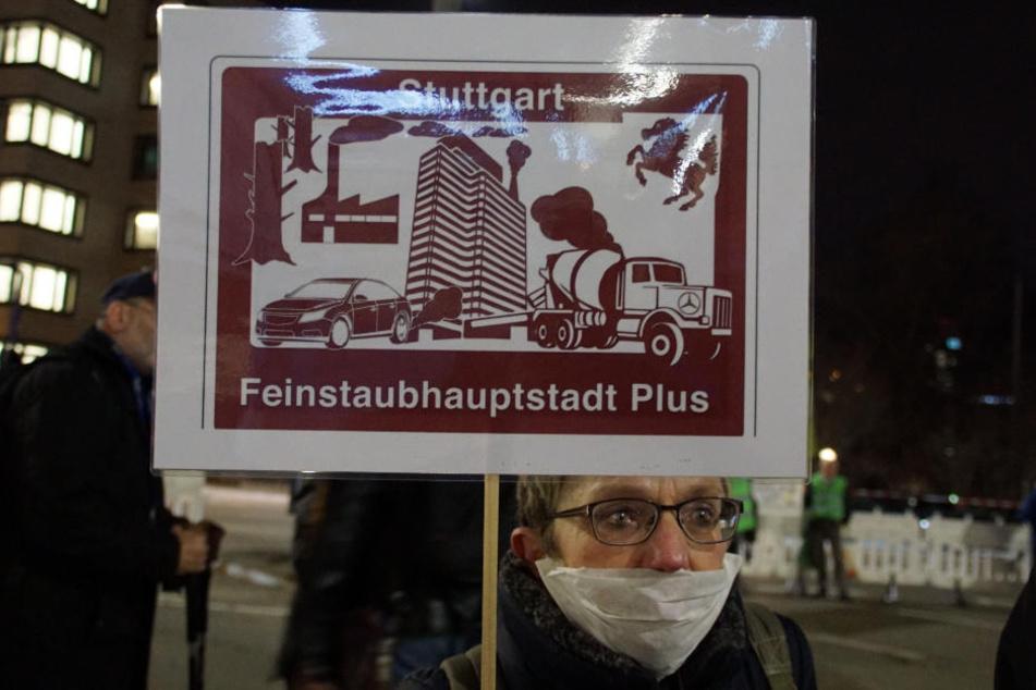 """Diese Demonstrantin protestiert gegen die """"Feinstaubhauptstadt"""" Stuttgart."""