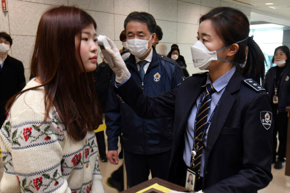 Auch an anderen internationalen Flughäfen wurden bereits Quarantäne-Beamte zur Kontrolle eingesetzt - wie hier am Flughafen Incheon, Südkorea.
