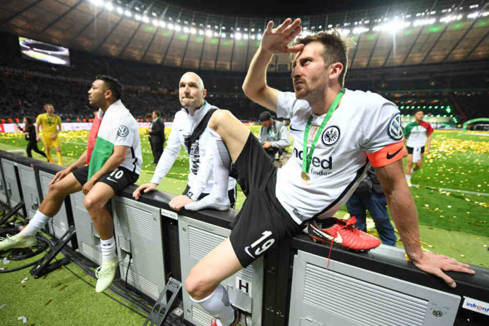 Einen anderen Verein in Europa? Das kommt für Eintracht-Kapitän David Abraham (Re.) nicht in Frage.