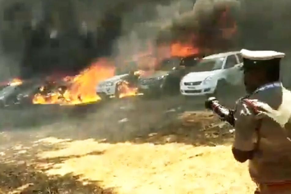 Dutzende Autos brannten aus.