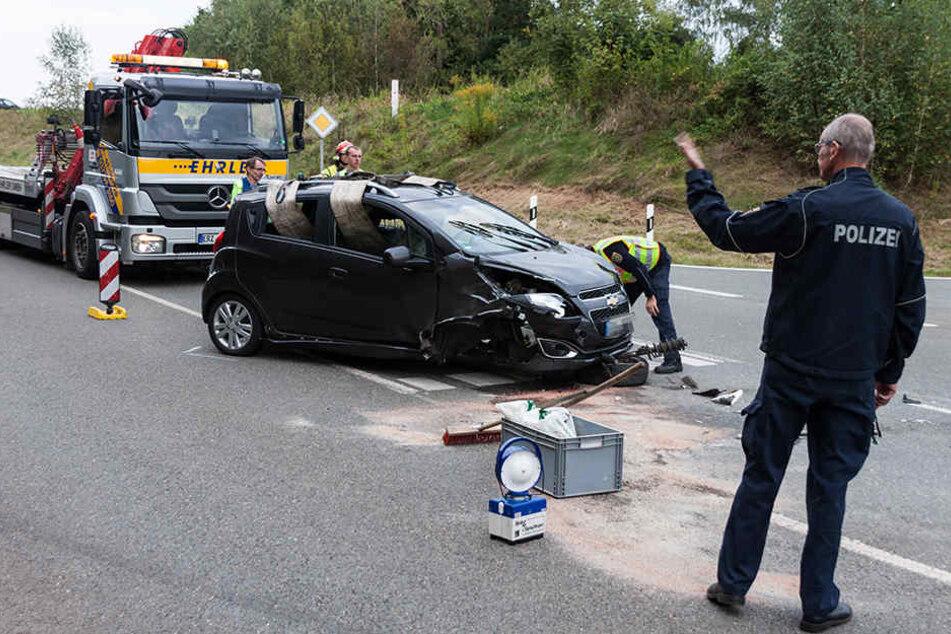Der Chevrolet wurde bei dem Unfall stark beschädigt und verlor sein Vorderrad.
