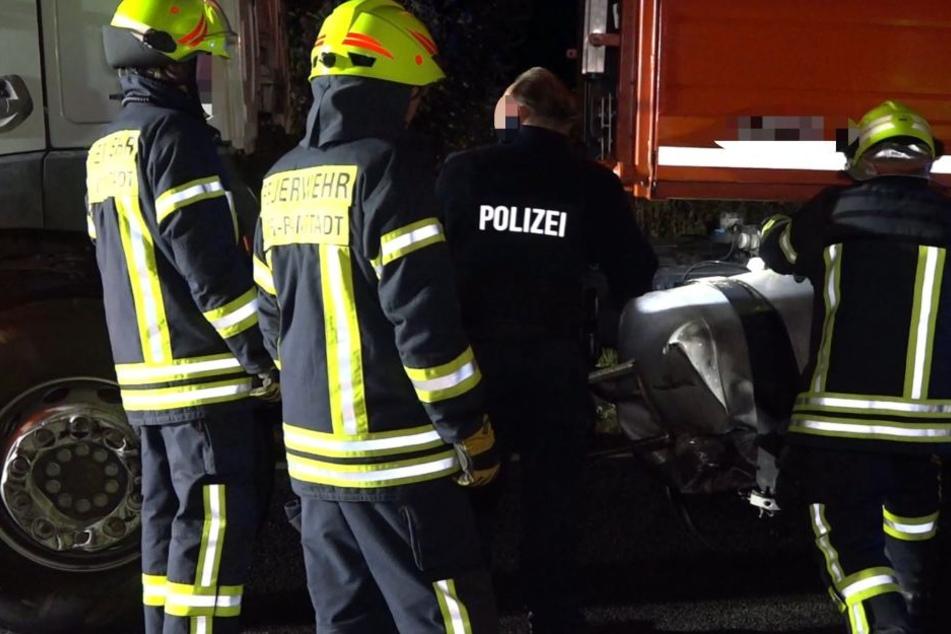 Polizei und Feuerwehr untersuchen den verunfallten Lastwagen.