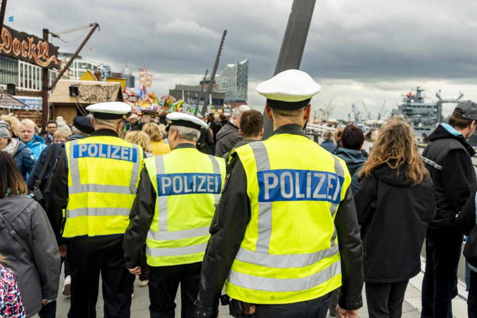 Polizisten patrouillieren durch die Menschenmengen an den Landungsbrücken. Der 830. Hamburger Hafengeburtstag findet hier vom 10. bis 12. Mai statt.