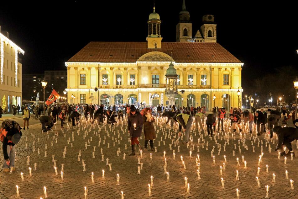 """Kerzen stehen auf dem Alten Markt als Symbol für die Menschen, die wegen der Corona-Pandemie nicht zur Aktion """"Magdeburg singt für eine weltoffene Stadt"""" kommen dürfen."""
