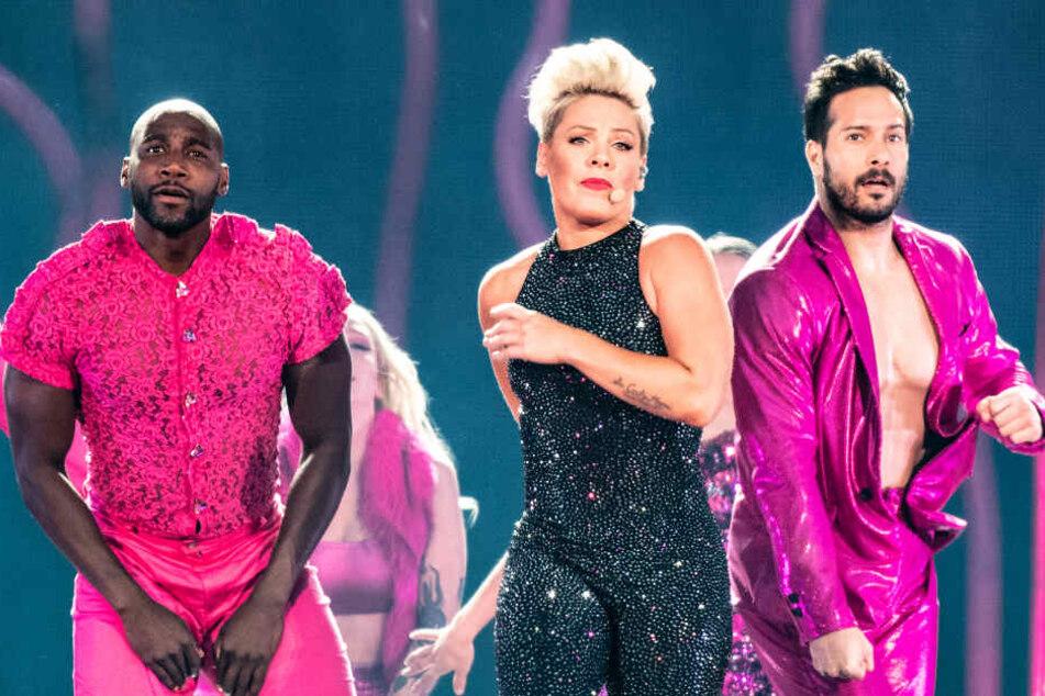 Pink, US-amerikanische Popsängerin, steht bei ihrem Konzert im Olympiastadion mit Tänzern auf der Bühne.