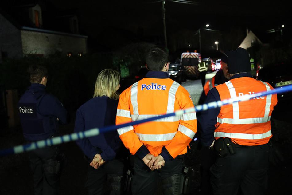 Einsatzkräfte der Polizei am Ort des Zugunglücks in Belgien.