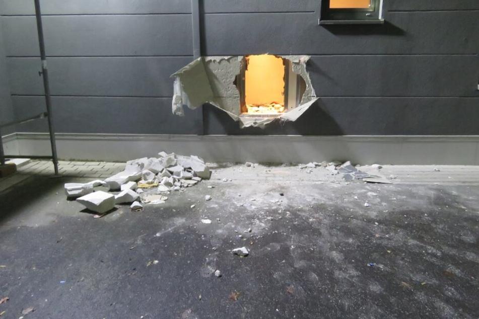Ein riesiges Loch hinterließen die Einbrecher in der Wand.