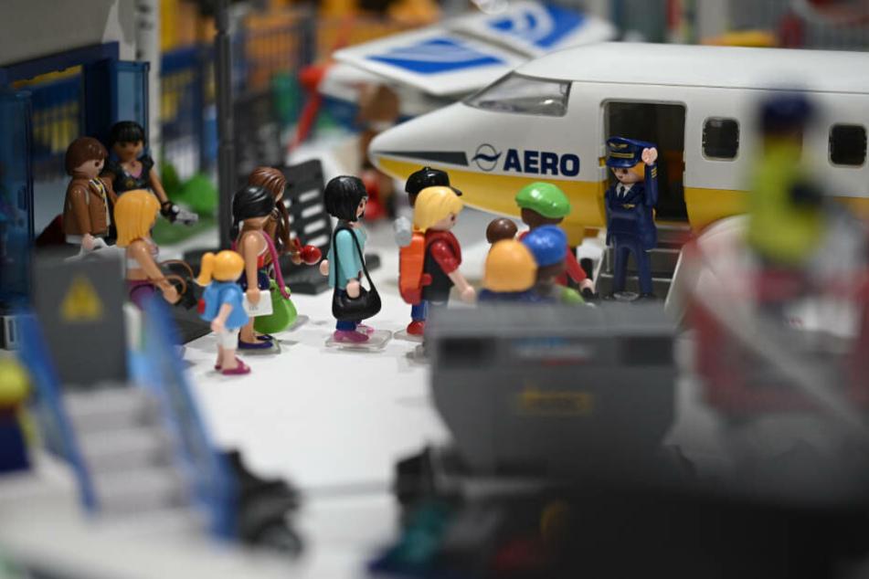 """Playmobil-Figuren beim Onboarding: Die Schau-Landschaften stellen detailreiche """"Momentaufnahmen"""" dar."""