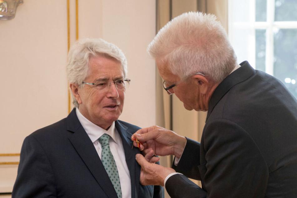 Frank Elstner (links im Bild) bekam 2017 von Baden-Württembergs Ministerpräsident Winfried Kretschmann (Grüne) das Verdienstkreuz der Bundesrepublik Deutschland.