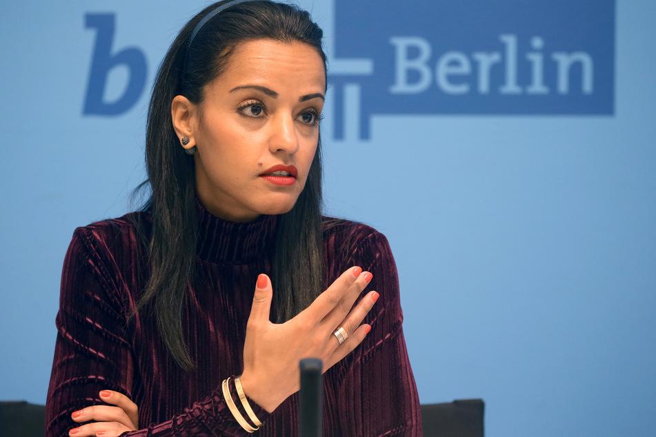 Sawsan Chebli, Staatssekretärin, spricht auf einer Pressekonferenz.